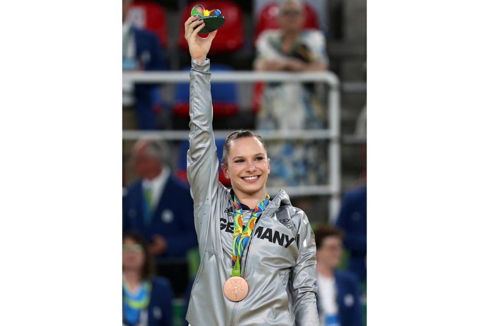 Sophie Scheder bei der Ehrung für ihren größten Karriere-Erfolg: Platz 3 am Stufenbarren bei den Olympischen Spielen in Rio de Janeiro 2016.