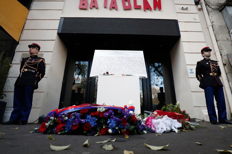 Am Eingang des Bataclan-Konzertsaals liegen am dritten Jahrestag der Pariser Angriffe vom November 2015 Blumen.