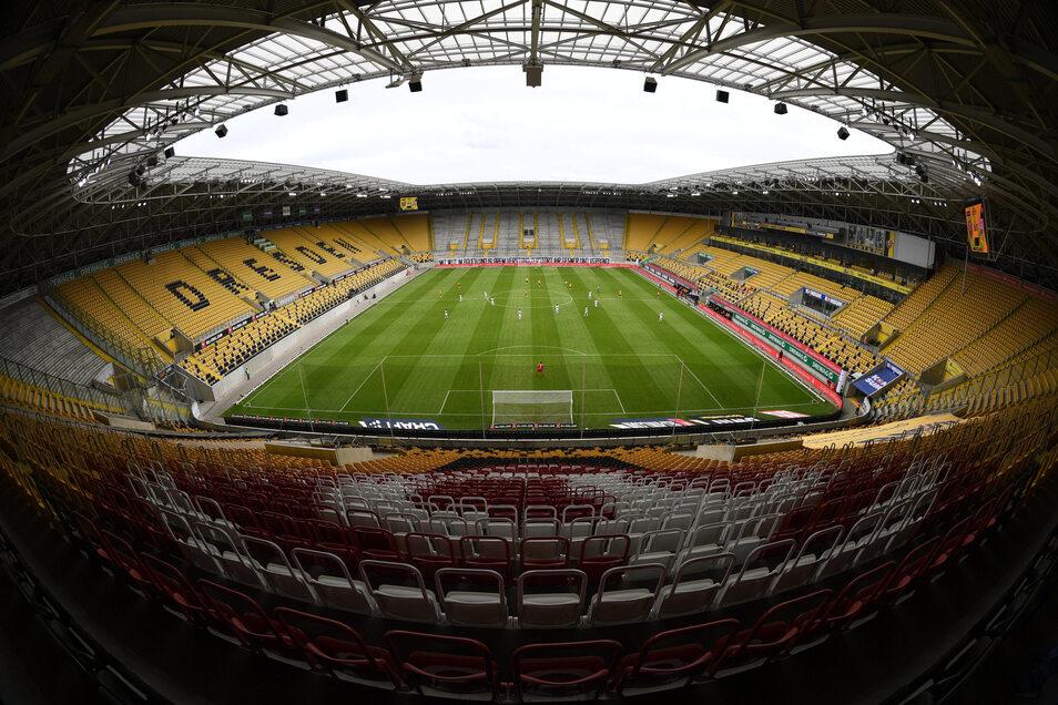 Normalerweise wäre das Spiel mit mehr als 30.000 Zuschauern ausverkauft gewesen, doch wegen der Corona-Pandemie dürfen nur rund 300 Leute inklusive Spieler, Trainer und Betreuer ins Rudolf-Harbig-Stadion.