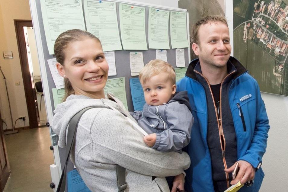 Jana Focke und Stefan Lesch, hier mit Sohn Teo, schauen sich die Jobangebote an.