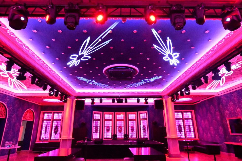 Im Raum können verschiedene Lichtstimmungen durch moderne Technik erzeugt werden.