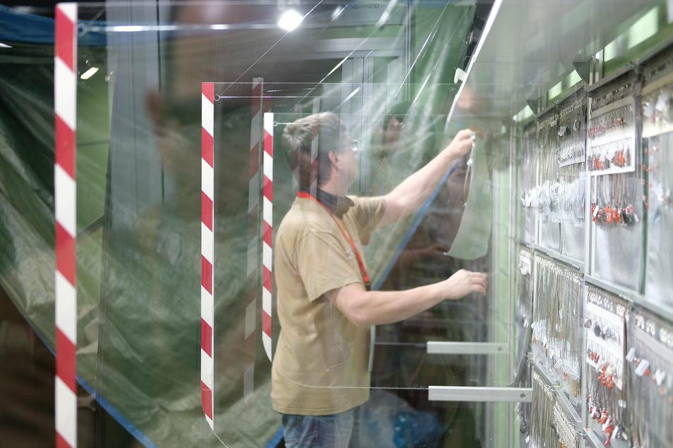 Schmuck hinter Plexiglas: Ein halbes Jahr lang hat die Corona-Pandemie das Messegeschäft in Leipzig lahmgelegt. Jetzt gibt es einen vorsichtigen Neubeginn in den Hallen.