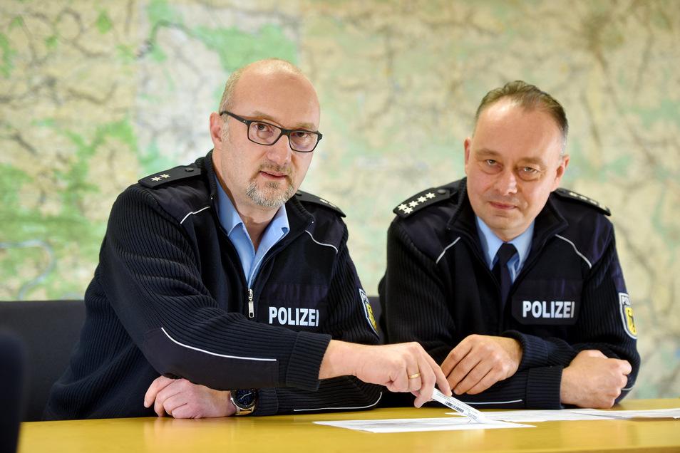 Peter Melloh (r.), stellvertretender Leiter der Bundespolizeiinspektion Ebersbach mit Pressesprecher Alfred Klaner.