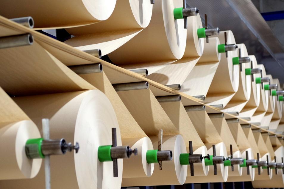 Die Papierrollen für Konos in Nossen werden aus der Schweiz angeliefert.
