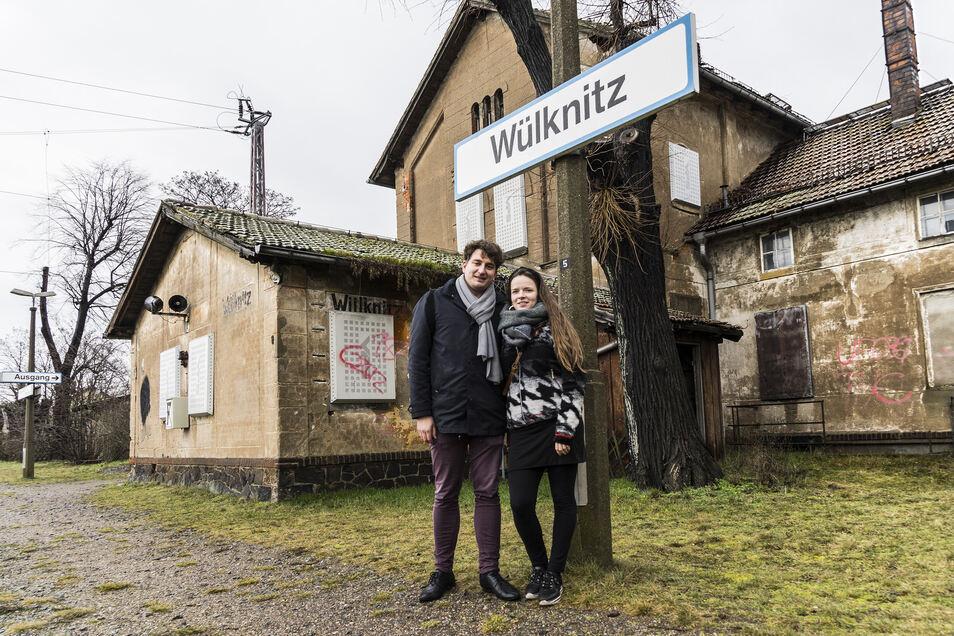 Wassily Nemitz und Magdalena Raddatz würden gern den Wülknitzer Bahnhof zu ihrem neuen Zuhause machen.
