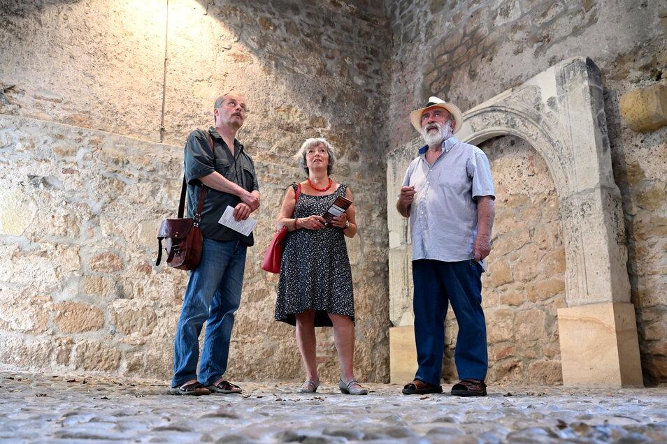 """Hernando León (rechts), Christoph Hampel und Doris Schubert stehen im Pesthaus in Pirna, in dem am Wochenende im Rahmen des Tages der Kunst die internationale Ausstellung """"Lebensräume"""" zu sehen sein wird."""