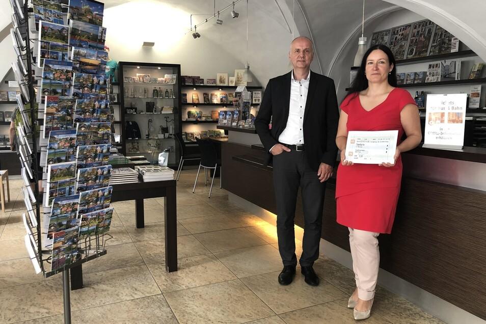 Andrea Behr (Europastadt Görlitz-Zgorzelec GmbH) und Andreas Trillmich (Görlitzer Verkehrsbetriebe) in der Görlitz-Information