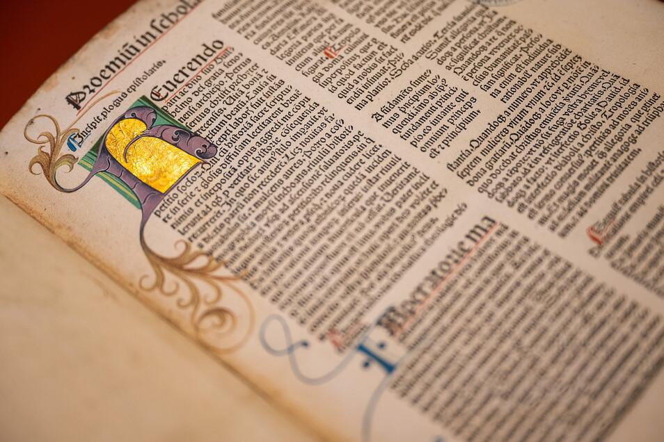 Goldverzierte Majuskeln in der Inkunabel aus dem Jahr 1500. Das Schriftbild erinnert noch an mittelalterliche Handschriften auf Pergament.