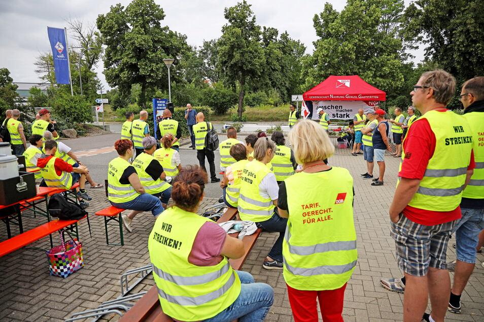 Ein bekanntes Bild: Mitarbeiter der Teigwaren Riesa sind am Montag für vier Stunden in den Warnstreik getreten. Sie fordern mehr Geld.