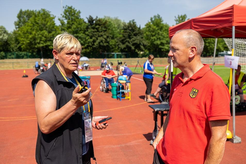 Veranstalterin Siena Christen und Trainer Ralf Paulo am Rande der Internationalen Para-Leichtathletik.