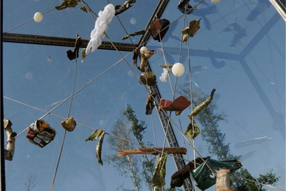 Das Innere der Skulptur besteht aus Teilen, die beim Tornado herumgeflogen sind und die der Künstler verarbeitet hat.