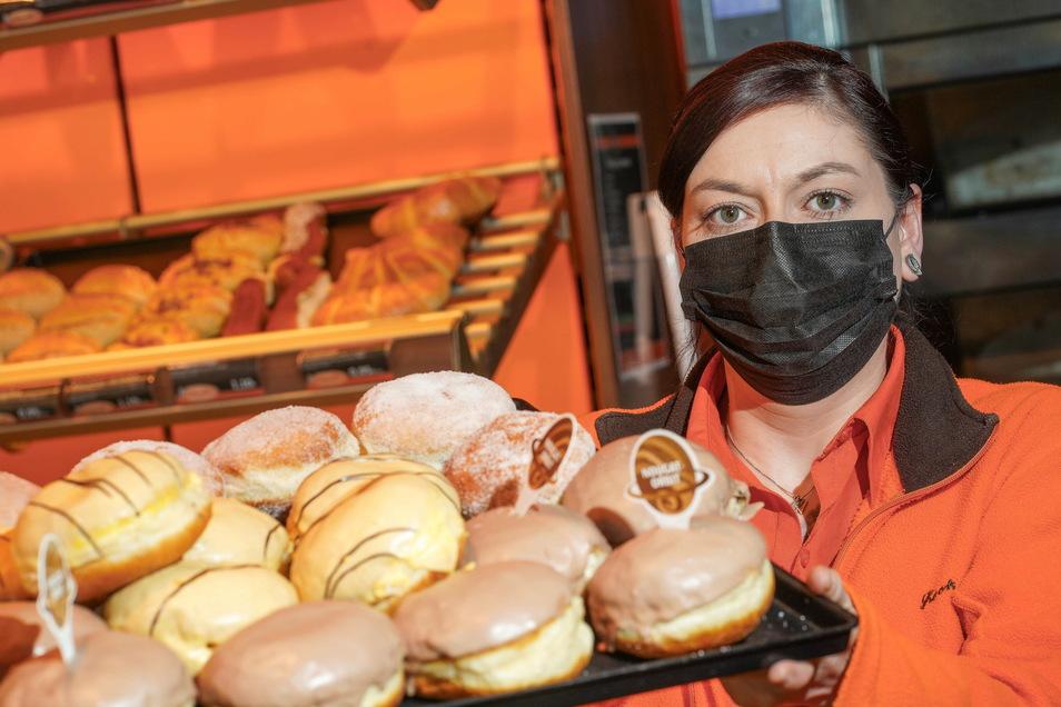 Da läuft einem das Wasser im Munde zusammen: Nicole Pohl präsentiert im Café Schwerdtner an der Karl-Marx-Straße ein ganzes Tablett mit Pfannkuchen.