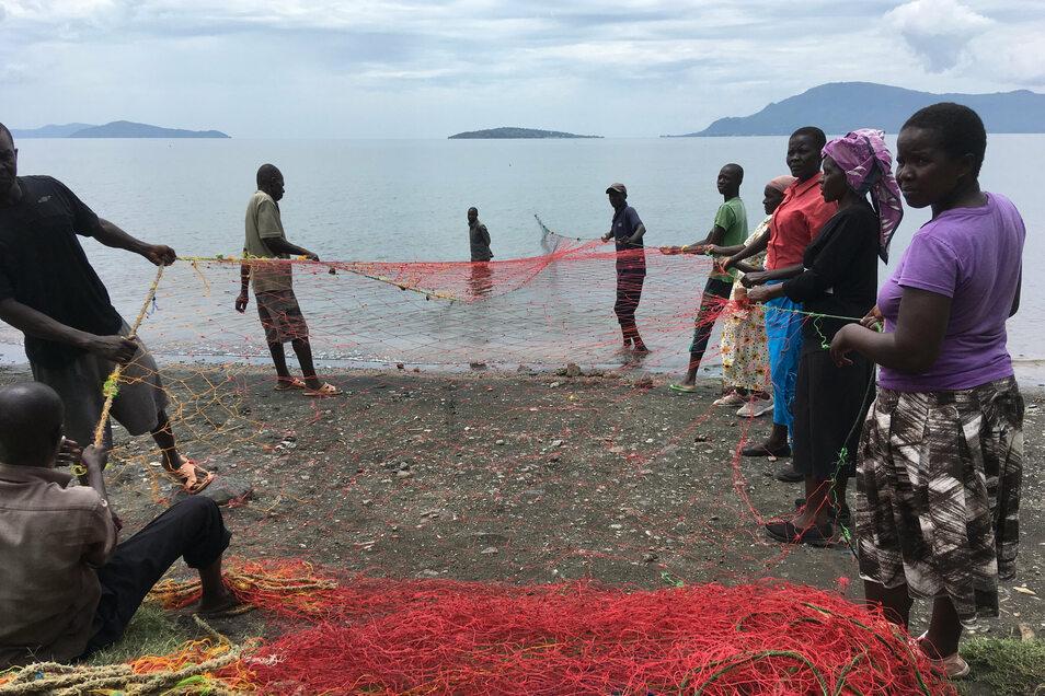 Die Menschen auf der Insel Rusinga ernähren sich auch von Fisch. Hier sind die Fischer zu sehen, die ein Netz einholen.