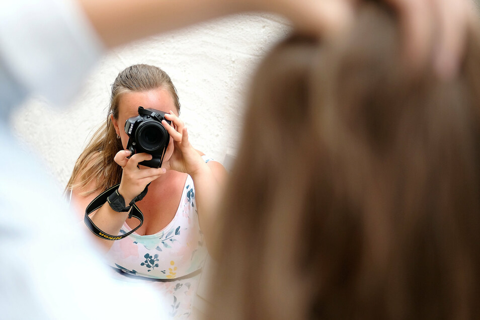 Fotografin Anne-Marie Weikert hält jede Pose der Schülerin fest. Sonst arbeitet sie als Aushilfskraft in der Klamodde.