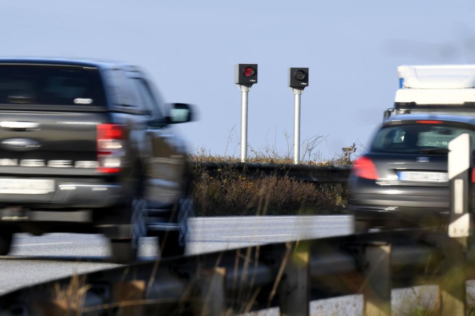 Tückisch: Außerorts mit 26 km/h zu schnell geblitzt, bedeuten jetzt neben 80 Euro Strafe und einem Punkt auch ein Monat Fahrverbot.