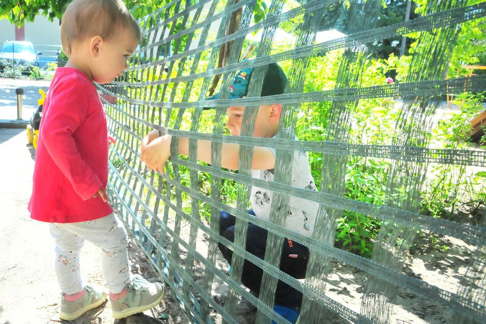 Und plötzlich ist alles anders: Auch der vierjährige Frederik findet es überhaupt nicht toll, dass seine kleine Schwester Ella (1) sich in einem anderen Bereich aufhalten muss.