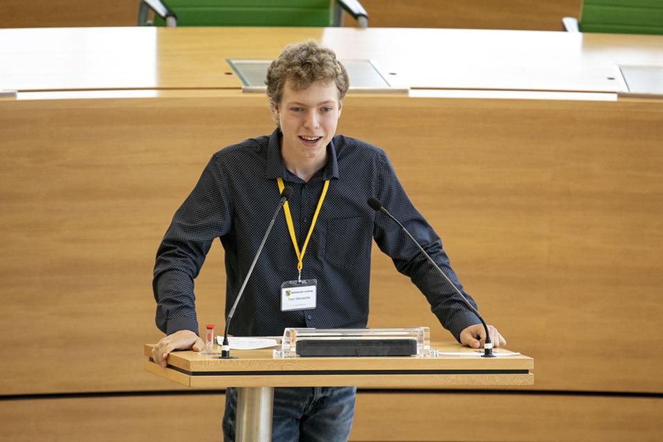 Toni Hänzsche am Rednerpult im Landtag in Dresden.