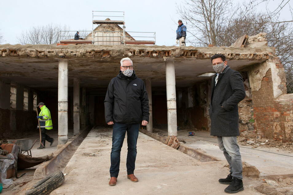 Besitzer Markwart Faussner (r.) und Ortsvorsteher Karsten Günther-Töpert stehen auf der Baustelle des Demisch-Gutes in Ludwigsdorf.