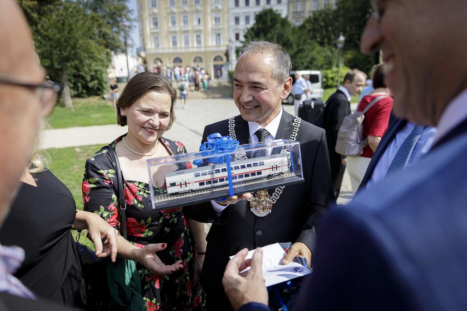 Von Bombardier-Deutschlandchef Michael Fohrer bekam Octavian Ursu (hier mit seiner Frau) ein Modell eines Doppelstockwagens geschenkt.