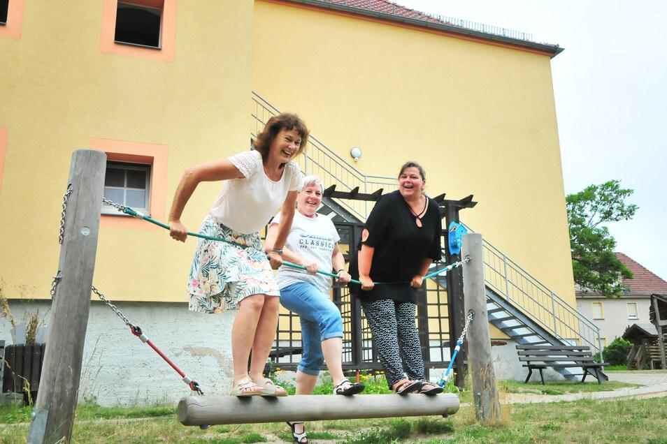 Sie haben allen Grund zur Freude: Die Erzieherinnen Rita Breschke und Ivette Metzler freuen sich gemeinsam mit ihrer Leiterin Katrin Enger (Mitte) über die bewilligten Fördergelder für den dringend benötigten Anbau.