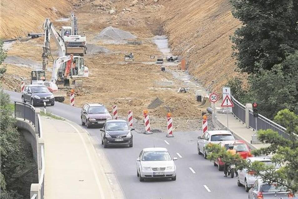 Im August 2008 war der Beginn der Trasse schon erkennbar. Hier ein Blick aus Richtung Autobahn über die Jordantalbrücke. Die Brücke für den Schmoler Weg (hi.) war eines der ersten fertigen Projekte.