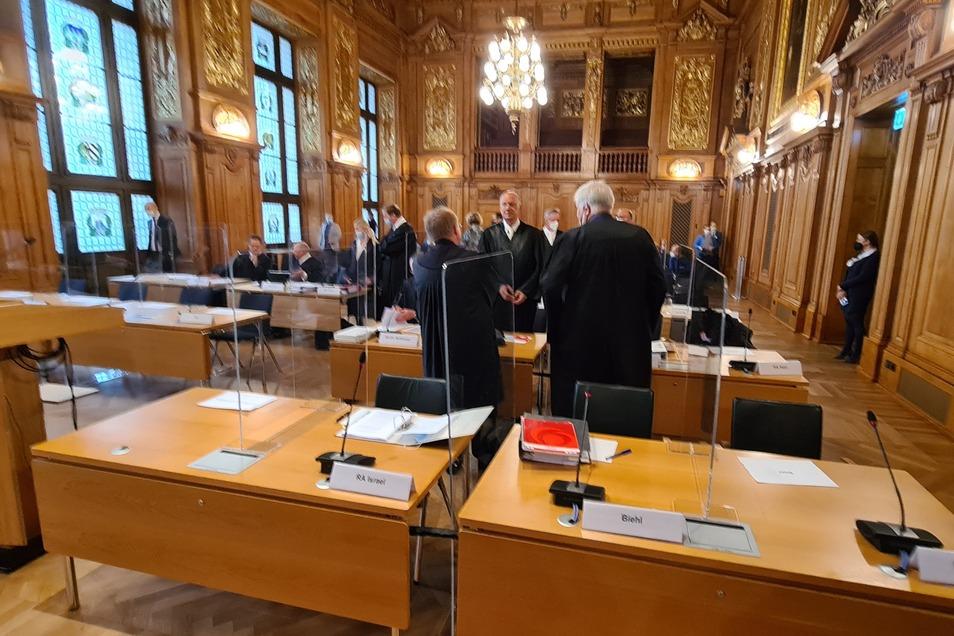 Kurz vor Beginn der Revisionsverhandlung über das Infinus-Urteil beraten sich einige Anwälte im großen Saal des Bundesverwaltungsgerichts in Leipzig.