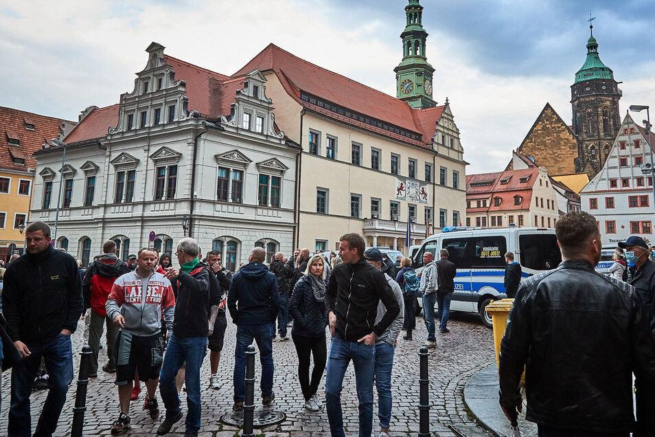 Polizeisperre auf dem Pirnaer Markt: Die Demo, die keine sein will, ist schnell vorbei.