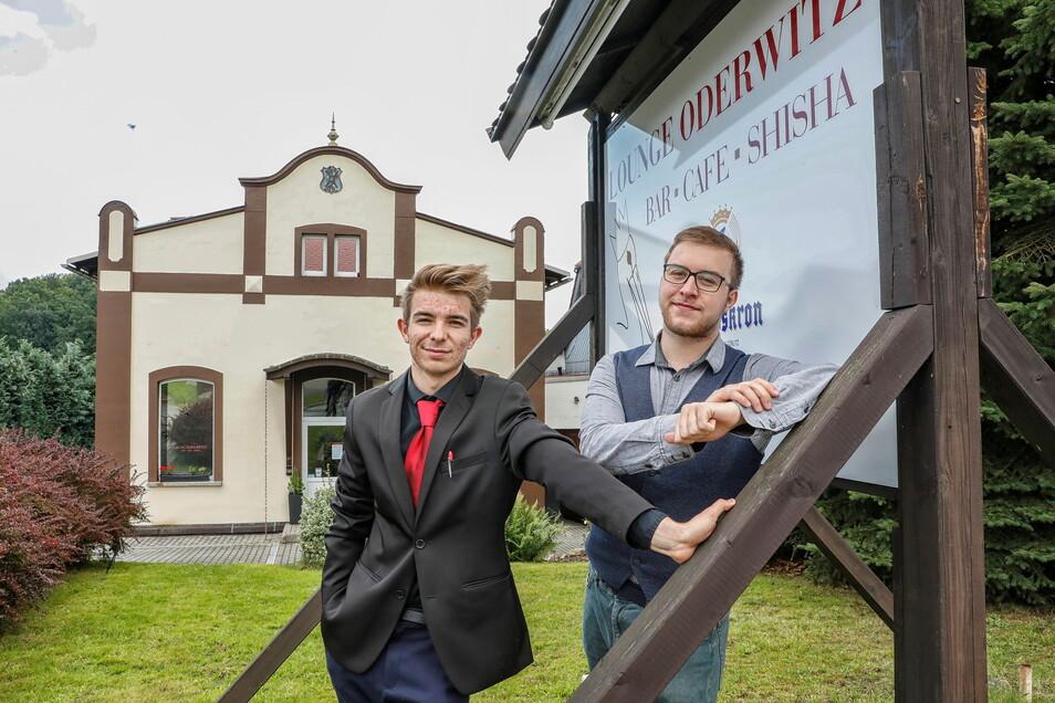 """Luca Gocht (links) und Tom Beck sind seit 28. August vorigen Jahres Geschäftsführer der """"Lounge"""" in Oderwitz. Die hat sich zum Treffpunkt für junge, aber inzwischen vermehrt auch ältere Gäste entwickelt."""