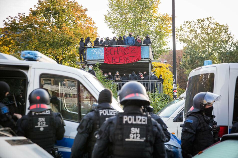 Auf dem Spielplatz gegenüber verfolgten Sympathisanten das Geschehen, als die Polizei eine Hausbesetzung in der Schanzenstraße in Dresden beendete.