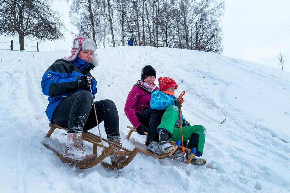 In Forchheim treffen sich die Einwohner, um mit Schlitten, Arschrutschern und Skiern den Hang hinunter zu rodeln und -fahren.