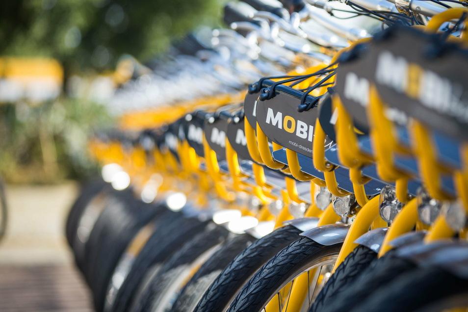 """Sie gehören schon nach wenigen Monaten fest zum Dresdner Stadtbild: """"Mobibikes"""" nahe der Haltestelle Pirnaischer Platz."""