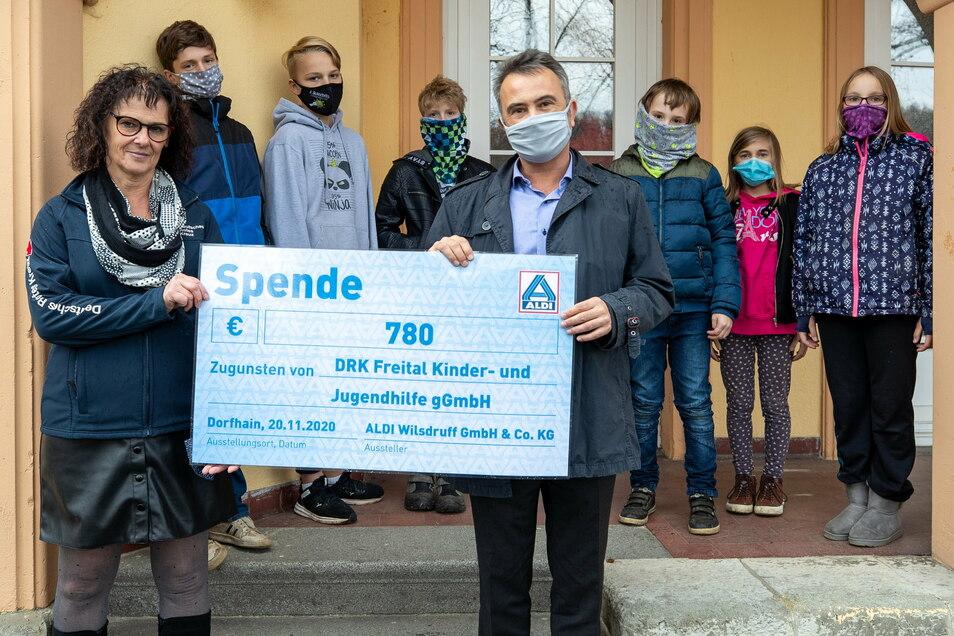 Sybille Clemens, die Leiterin des Kinderheims Dorfhain, DRK Freital Kinder- und Jugendhilfe gGmbH, erhält eine Spende von 780 Euro - überreicht von Rüdiger Tix, Geschäftsführer der Aldi Wilsdruff GmbH & Co. KG.