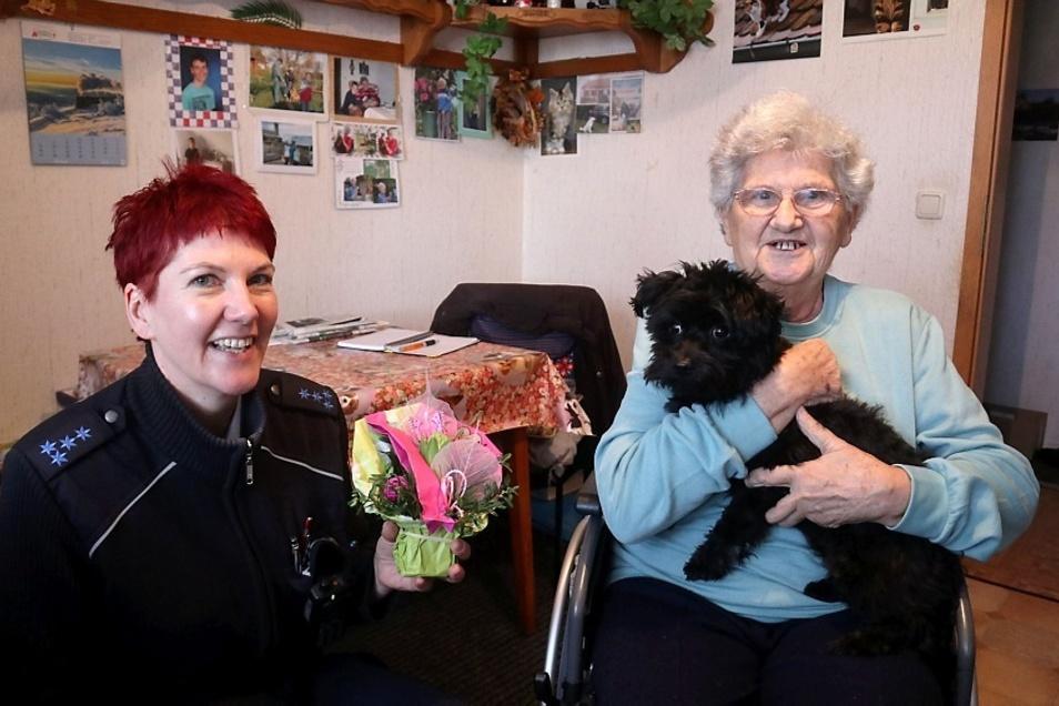 Lilli Altnickel (85) lebt seit 2007 am Ticinplatz in Wittichenau. Voriges Jahr im Dezember stürzte sie schwer. Dank aufmerksamer Nachbarn und Hund Mexx blickt sie wieder mit Zuversicht nach vorn. Darüber freut sich auch Bürgerpolizistin Kristin Hänsel.