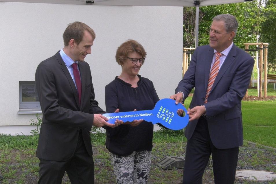 Einen symbolischen Schlüssel für das neue Haus überreichte SEEG-Chefin Birgit Richter an Felix Hoffmann vom Staatsbetrieb SIB (l.) sowie an den Rektor der Hochschule Meißen Prof. Dr. Frank Nolden.