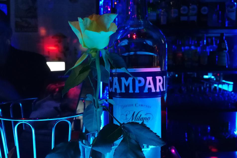 Viele Flaschen, wenig Licht: Sich von Bars zu verabschieden, fällt einigen Menschen schwer. Trotz gravierender Ansteckungsgefahr ist der Ernst der Lage nicht bei allen angekommen.