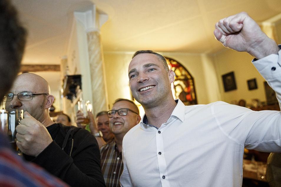 Er hat im Wirtshaus ,Zur Altstadt' in der Elisabethstraße allen Grund zur Freunde: AfD-Kandidat Sebastian Wippel liegt im ersten Wahlgang der OB-Wahl vorn.