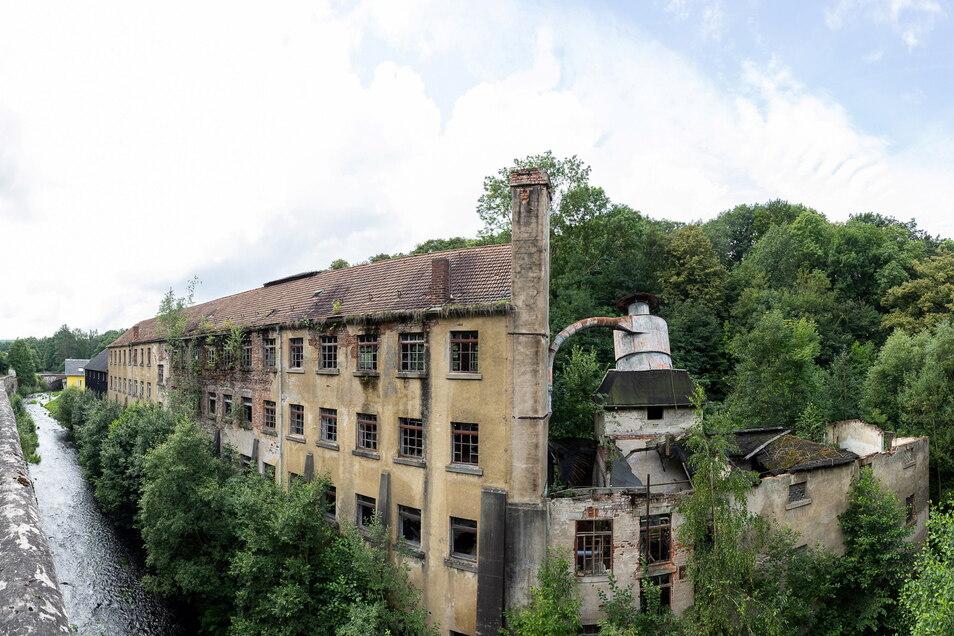 Direkt an der Roten Weißeritz steht die ehemalige Möbelfabrik in Seifersdorf. Hier schlagen die Stadtentwickler einen Abriss als Ausgleich für andere Baumaßnahmen vor.