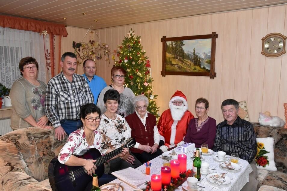 Anke, Andreas, Annette, Eckhardt, Angela, Daniela, Oma Wally, der Weihnachtsmann, Gisela und Siegfried (von links nach rechts) rutschten fürs Foto zusammen.