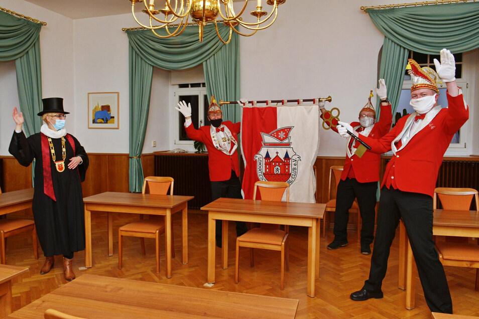 Mit Masken, Abstand und im kleinen Kreis übernahmen die Lommatzscher Narren am Mittwochabend den Rathausschlüssel von Bürgermeisterin Anita Maaß.