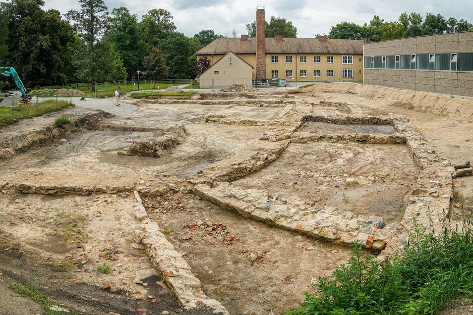 Blick in die Vergangenheit: Bei Bauarbeiten zum Neubau einer Sporthalle wurden in Baruth die Fundamente des ehemaligen Schlosses freigelegt. Sie stammen teilweise aus dem 13.Jahrhundert.