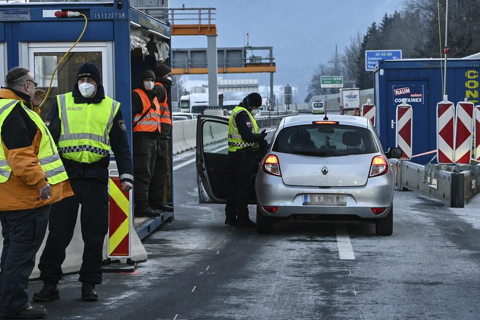 Ein Polizist kontrolliert einen Autofahrer bei der Einreise.
