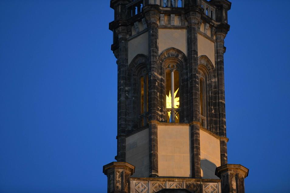 Der neue Stern im Rathaus-Turm aus der Ferne betrachtet.