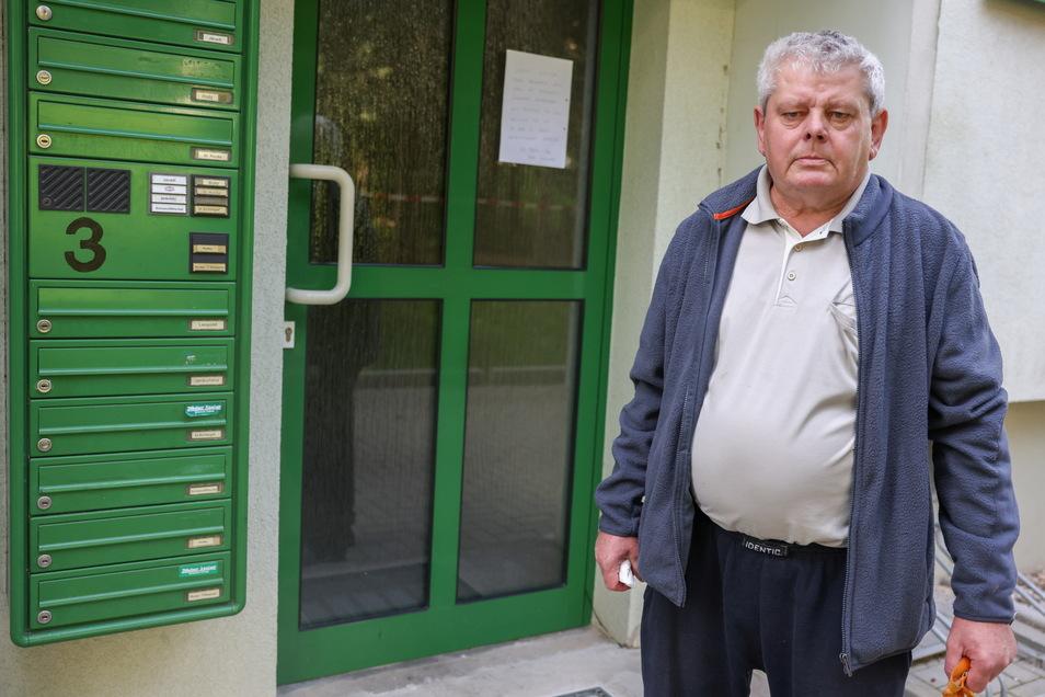 Heinz Holley (68) kehrte am Morgen nach dem Brand in seine Wohnung zurück, um Medikamente und persönliche Sachen zu holen.