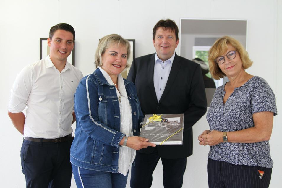 """Bundestagsabgeordnete Veronika Bellmann (CDU) überbringt Fördergeld aus dem Programm """"Vor Ort für alle"""" für die Harthaer Bibliothek. Das freut nicht nur Bibo-Chefin Andrea Zenker (rechts), sondern auch Bürgermeister Ronald Kunze (parteilos) und S"""