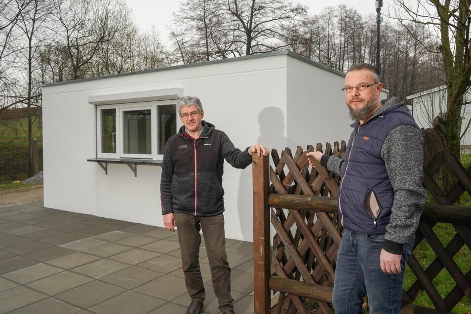 Karsten Müller (l.) und Sandro Illchmann vom Förderverein für das Freibad Schmölln vor dem neuen Imbissstand, der in diesem Sommer eröffnet werden soll.