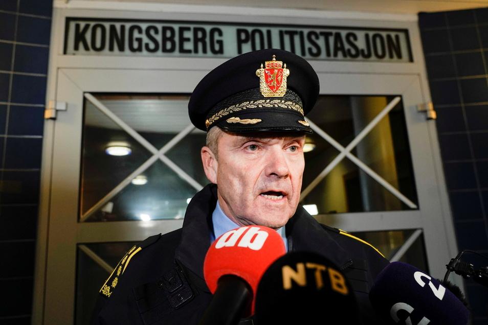 Polizeichef Oeying Aas auf einer Pressekonferenz nach dem Anschlag in Kongsberg.