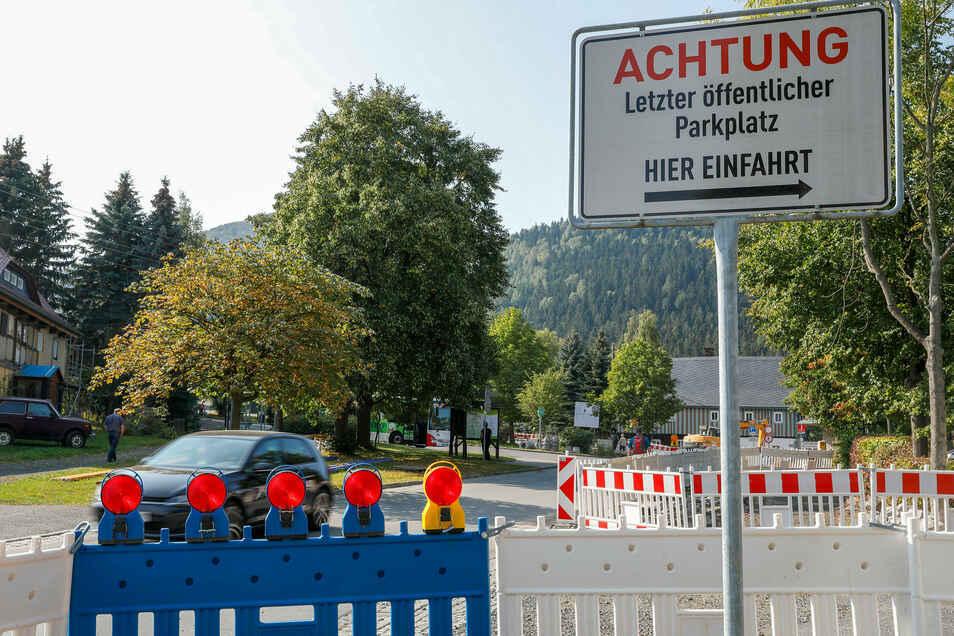 Das Schild, das die Einfahrt zum Wanderparkplatz in Waltersdorf weist, ist nicht zu übersehen.