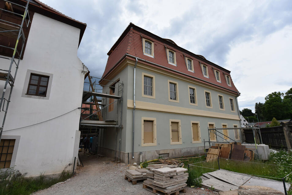 Der Werkstattanbau und das Haupthaus werden mit einer Brücke verbunden. Damit können auch Rollstuhlfahrer das Haus besichtigen, ohne Schwellen oder Stufen zu überwinden.