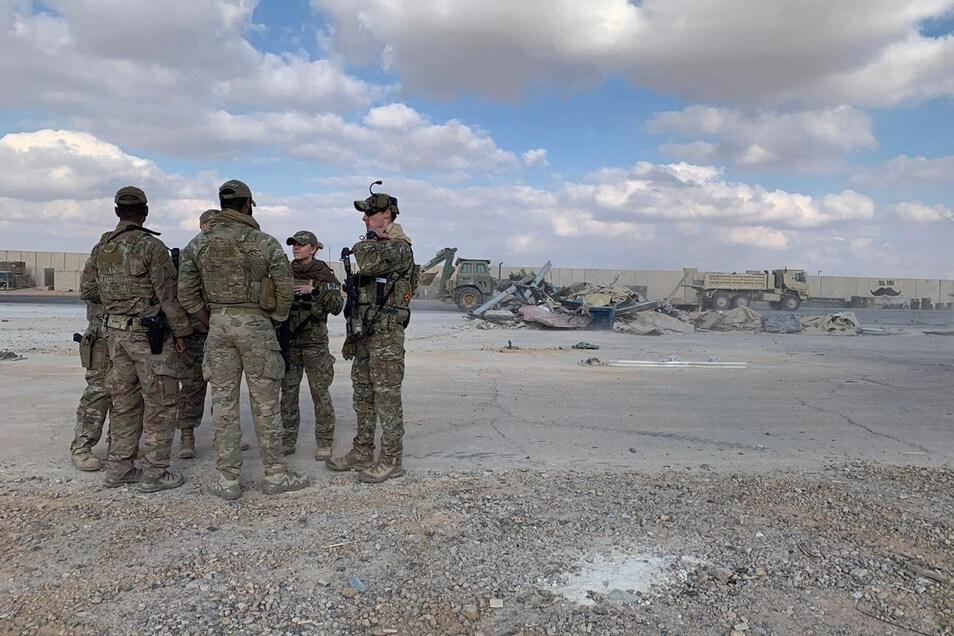 US-Soldaten stehen während Aufräumarbeiten auf In den vergangenen Wochen waren im Irak mehrfach Raketen in der Nähe von Stützpunkten eingeschlagen, auf denen US-Truppen stationiert sind.