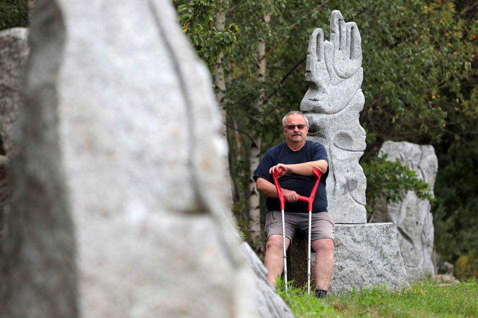 Hubertus Lange organisiert mit dem Verein Steinleicht die Internationale Bildhauerwerkstatt in Nebelschützer Ortsteil Miltitz.